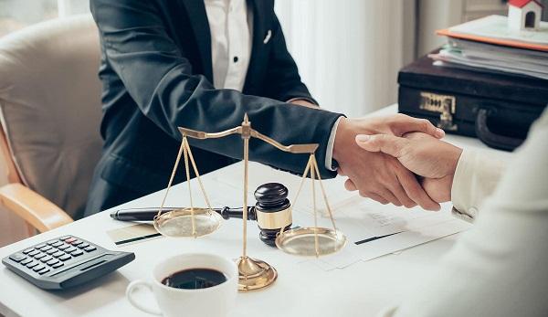 ¿Cómo se contrata a un procurador?